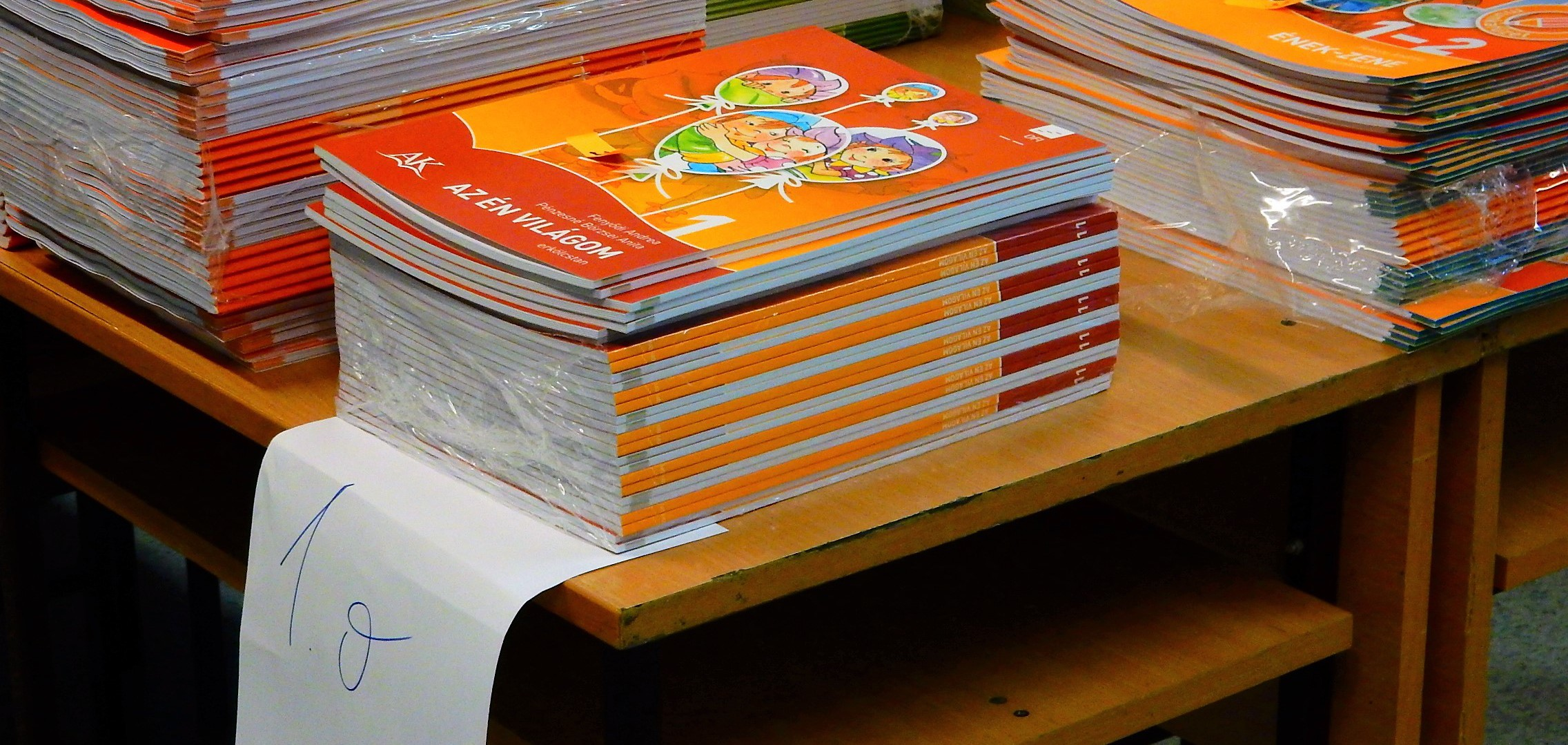 Megérkeztek az idei tankönyvek